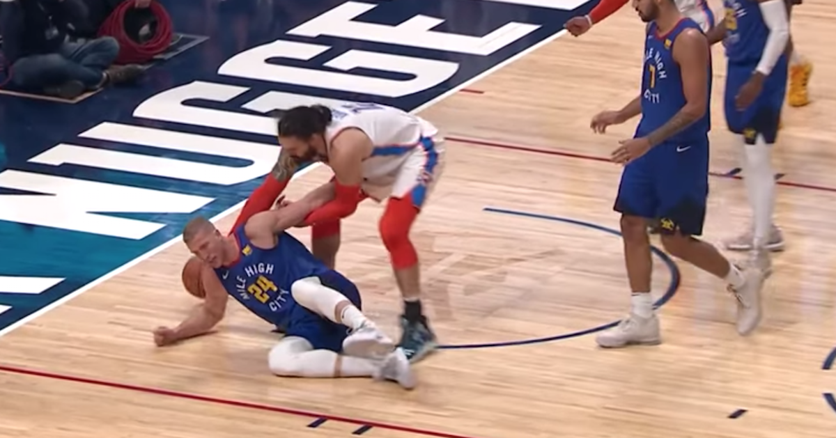 VIDEO: Steven Adams looks out for Mason Plumlee instead of going for the bucket. 👏😌https://t.co/zsfH9khwmE