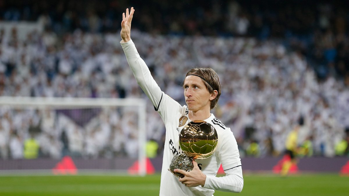 🏆⚽ We welcomed a special guest to the Bernabéu before kick-off... @lukamodric10's Ballon d'Or! #HalaMadrid