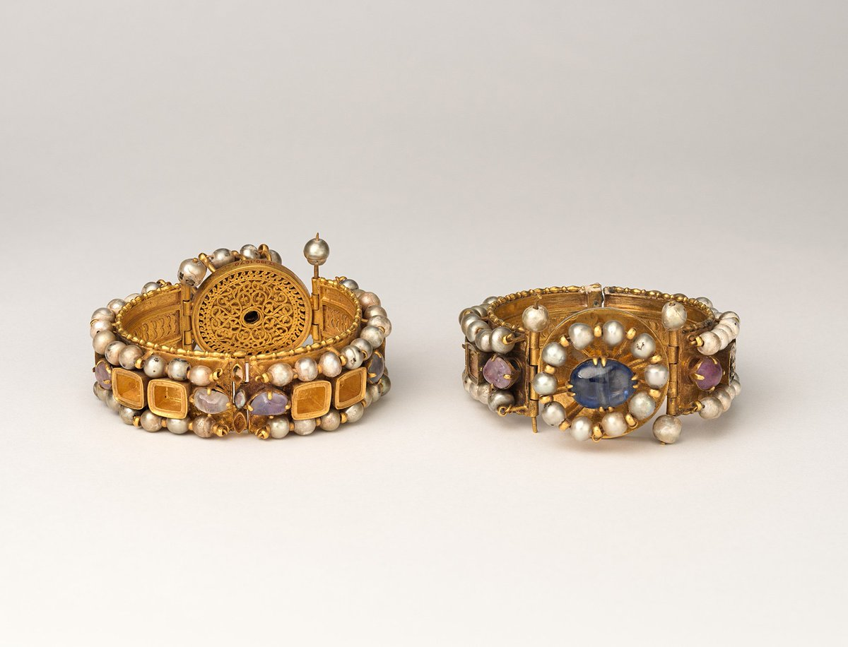 While the pearl necklace has long stood as an emblem of respectability and social status, it has also enjoyed favor as an erotic accessory. Learn more in #MetJewelry: https://t.co/7qtpf0wQQK. #NationalWearYourPearlsDay