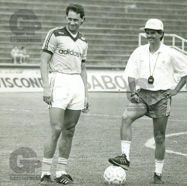 @oboneco_ 17/12/1992 - Evair com Carlinhos Neves, preparador físico (Ficou melhor agora) https://t.co/rONfYhbNSr