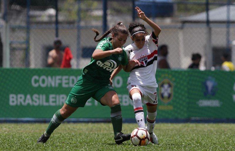 BICAMPEÃS! Após um empate em 2 a 2 no tempo normal, a equipe feminina Sub-16 do São Paulo venceu a Chapecoense por 5 a 3 nos pênaltis e garantiu seu segundo título da Liga de Desenvolvimento da Conmebol. #PaixãoQueNãoSeMede #FPF #EsseÉoMeuJogo 📷Rubens Chiri/saopaulofc.net