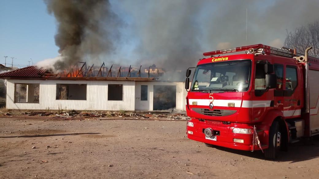 RT @CB_LaSerena Bomberos trabaja en Incendio Estructural en Av Islon entre Villa el Lambert y Villa el Romero, 19:05hrs