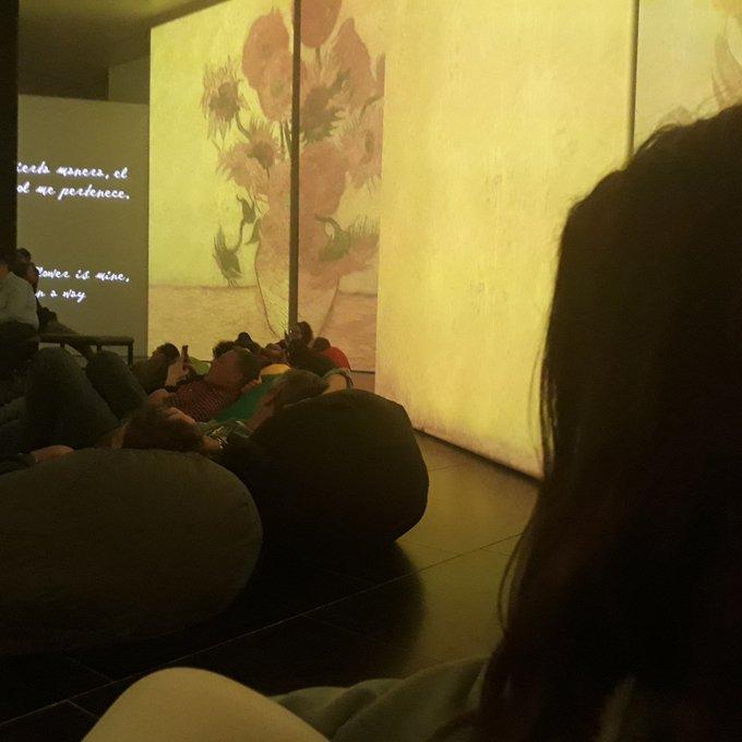 Otro de los miniviajes y cosas chulis que he hecho este año ha sido que mis padres me llevaron a Sevilla a ver la exposición de Vang Goh alive y fue una de las mejores experiencias de mi vida porque te sentías como dentro de uno de sus cuadros Foto