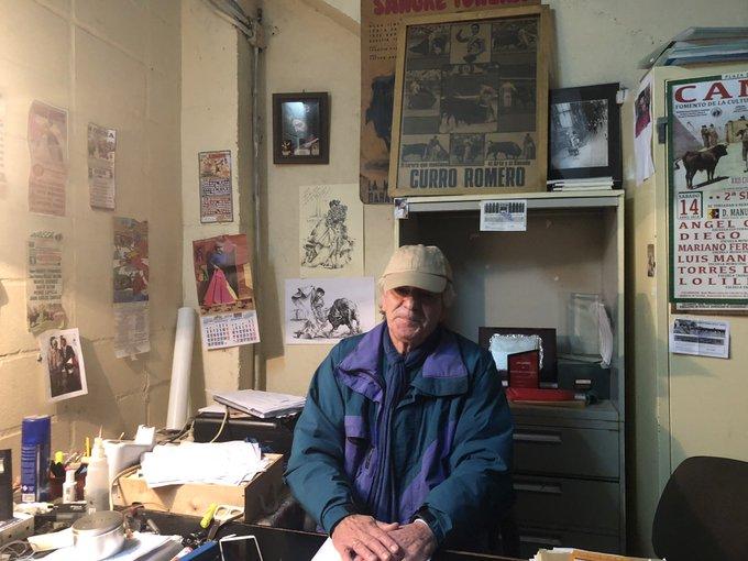 Curro Camacho es el director de la escuela y ex torero, nació en el corral de las Mercedes. Fue amigo del artista norteamericano John Fulton, a quien conoció con 12 años en el matadero de Sevilla. Foto