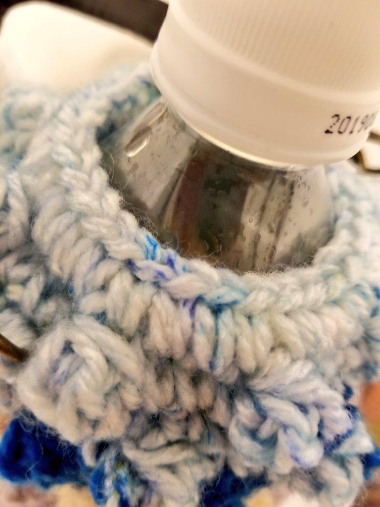test ツイッターメディア - ボッブル編みのペットボトルホルダー作りました。 今日 #ダイソー さんで我慢して、パティシエ1玉ずつだけ買ったのですが、編んだら可愛かった… せめて2玉ずつ買えばよかった… ブルーベリームースが足りなかったので、ショコラミントを足しました。入れ口はヘアゴムを編み込んで外れにくくしました! https://t.co/SwbdRux93e