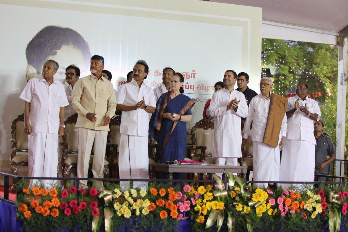 UPA Chairperson Smt Sonia Gandhi unveils the statue of Late Shri M. Karunanidhi at Anna Arivalayam, Chennai. Also in attendance were CP @OfficeOfRG, DMK President ,@mkstalin CMs of Kerala ,@vijayanpinarayi Andhra Pradesh  @ncbn& Puducherry  @VNarayanasami#VanakkamSoniaGandhi