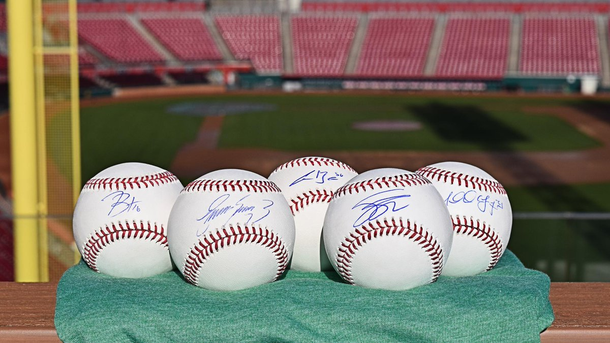 Should I fix you some sandwiches? Or give away a prize for #Redsmas Day 4! 🤶  RETWEET by 7pmET for a chance to win these FIVE Reds autographed baseballs! https://atmlb.com/2EAxWzS   ⚾️ Tucker Barnhart ⚾️ Eugenio Suárez ⚾️ Amir Garrett ⚾️ Scott Schebler ⚾️ Michael Lorenzen