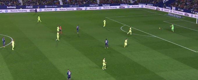 Se le va LARGO el pase a Rochina que buscaba a Boateng. Balón para Ter Stegen. Minuto 14, Levante 0-0 Barcelona. #LaLiga Foto