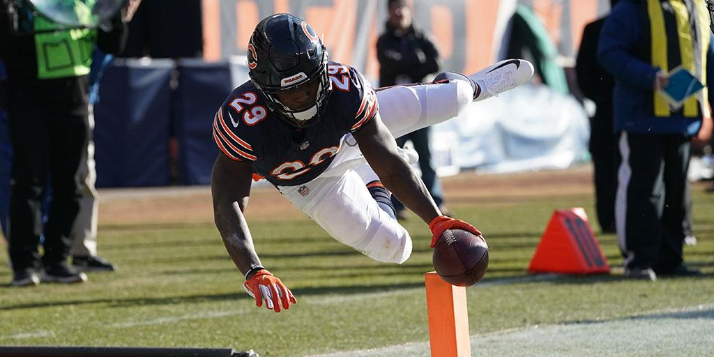 ICYMI: @TarikCohen goes airborne on epic TD dive: on.nfl.com/Y1ZD77 (via @MBUSA)