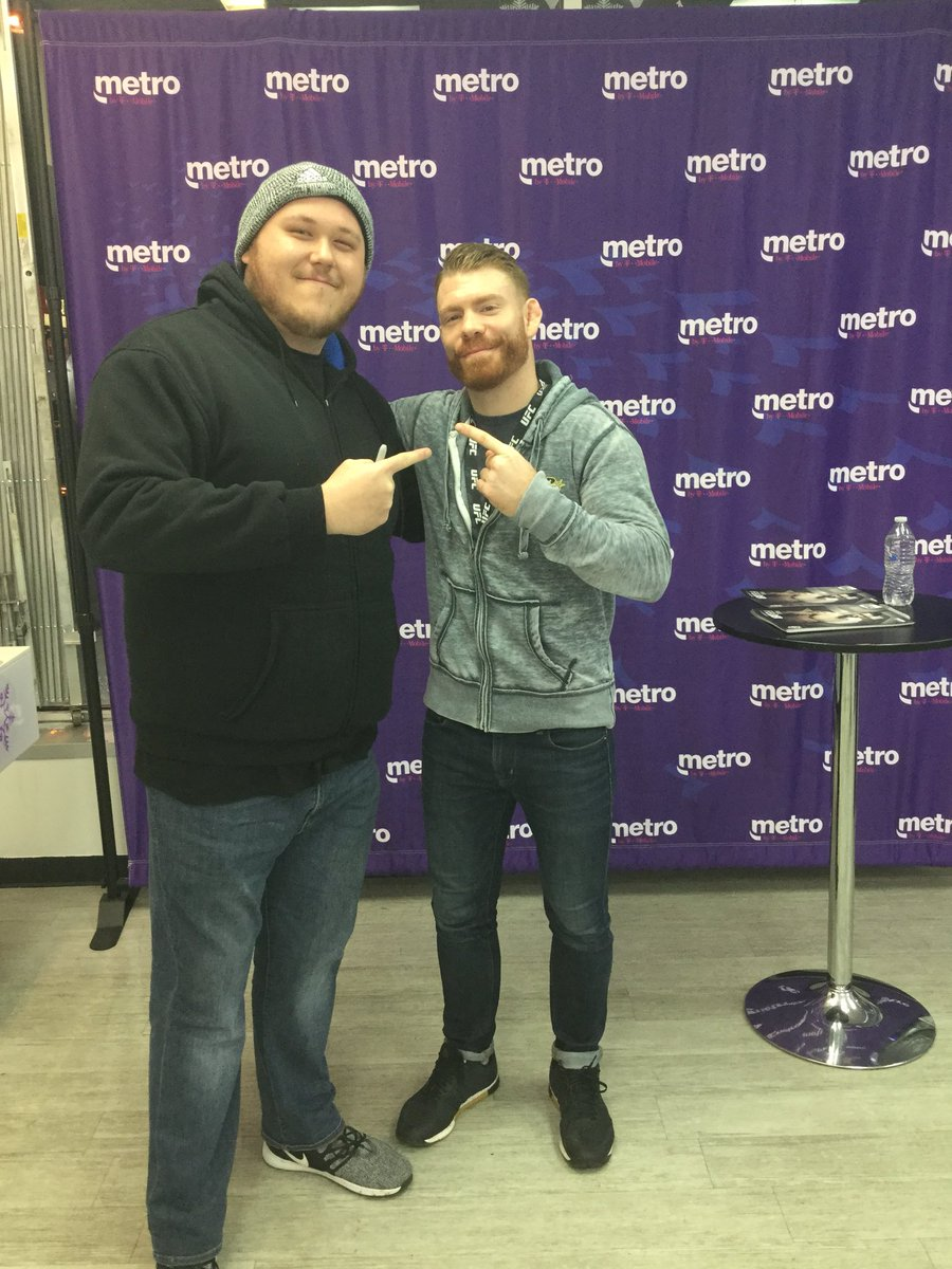So awesome getting to meet Paul Felder again! @felderpaul deserves so much credit and respect the man does it all! Awesome fighter and great commentator! Can't wait to see him back in action! #UFCMilwaukee https://t.co/5oRCf8RGK2