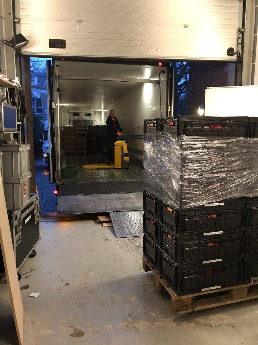 De afvoer naar de Voedselbank Emmen is begonnen. 21 pallets, 426 kratten en een rolcontainer. #vb18 van #rtvdrenthe was zeer succesvol. Ruim 212.000 euro. https://t.co/ZVVlLB8H1y