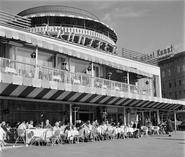 """Heute vor 60 Jahren wurde der Neubau des """"Café Kranzler"""" am KuDamm eröffnet. Das von Hanns Dunstmann geschaffene Gebäude mit Rotunde und rot-weißer Markise wurde schnell zu einem Wahrzeichen der City West. #berlinfakt"""
