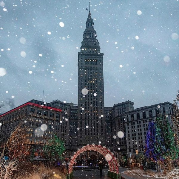 Happy Monday, Cleveland! ❄️ We thought we'd share an enchanting photo of Public Square to start your week off right!  📸: edrost88 on Instagram