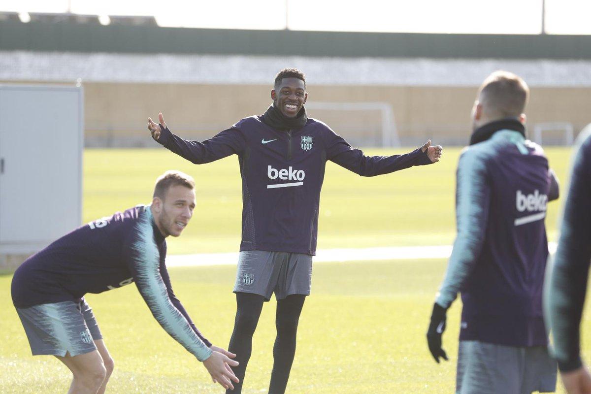 ⚽ La dernière semaine d'entraînement du Barça en 2018 commence avec le sourire de @Dembouz, et le geste d' @arthurhromelo qu'il est difficile de déchiffrer. Vous avez une idée ? Une imitation de Jonny Wilkinson peut-être ? 🤔 #ForçaBarça 🔵🔴