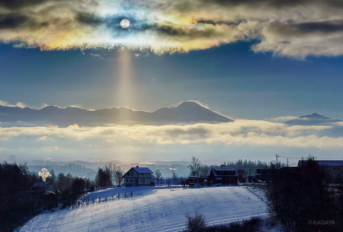 彩雲とサンピラーに彩られた北海道の朝。 太陽のまわりの色づいた雲が彩雲。 太陽から下に伸びた光がサンピラー(太陽柱)です。 わたしのまわりにはダイヤモンドダストがキラキラと舞っていました。 (先日北海道にて撮影)