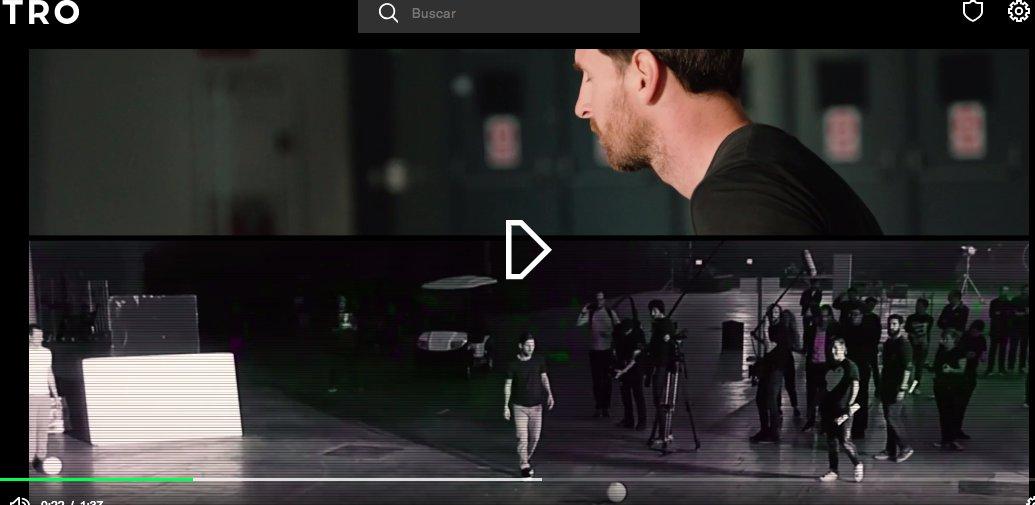 Em um dos conteúdos exclusivos do #OTROisHere, Messi e Suárez participam com outros jogadores do desafio de derrubar um drone no ar. Messi chuta primeiro, com Suárez logo atrás dele (camisa branca, boné e mochila), observando. Suárez é quem chuta em seguida. Os dois erram.