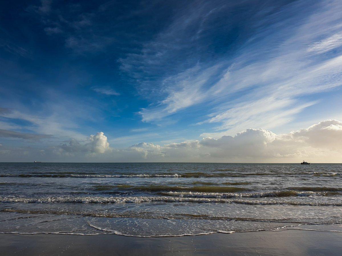 Blue sky this afternoon over Sandown Bay. #IsleofWight #sandown #GalaxyNote9 <br>http://pic.twitter.com/IiOGdWHGmv