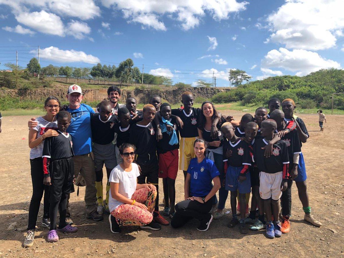 É o Time do Povo!   Em parceria com a SHOFCO (shining hope for communities) e a organização Better Days Kibra, o Corinthians entregou camisas a crianças de Kibera, a maior favela da África, localizada em Nairóbi, no Quênia.  #VaiCorinthians