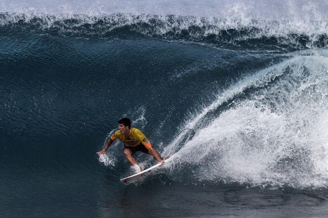 QUE VIRADA!  Gabriel Medina vira com duas ondas praticamente perfeitas pra cima de Conner Coffin e fica a um passo da semifinal e do título mundial. Faltam 10 minutos para o fim da bateria, acompanhe o AO VIVO: https://t.co/ez4MY4S41d  #SurfeNaESPN #VaiMedina