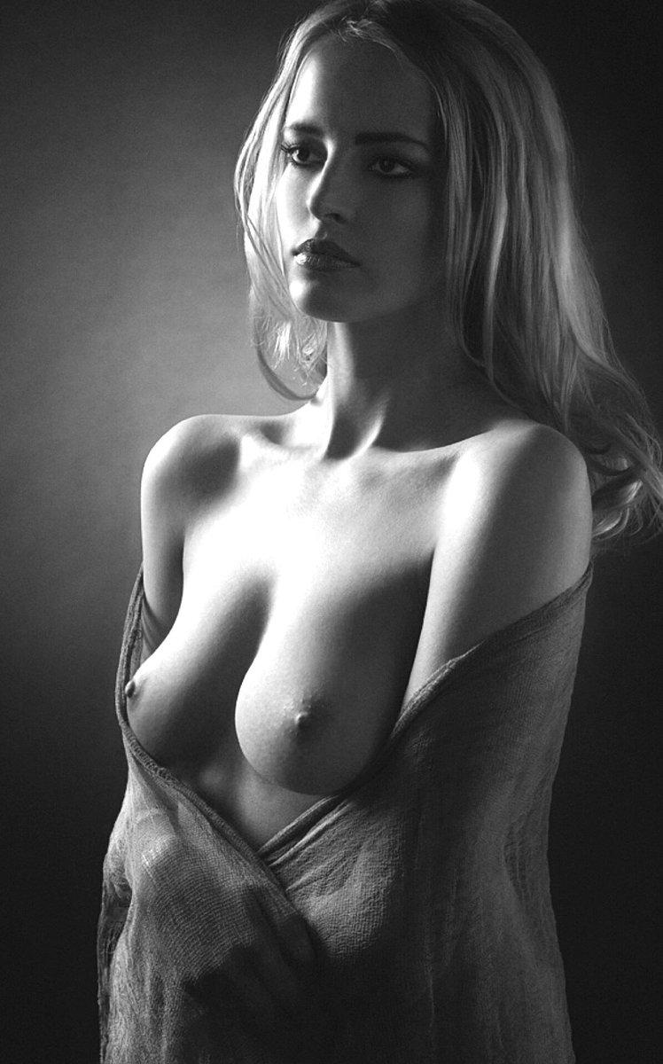Портреты женщин с голой грудью фото