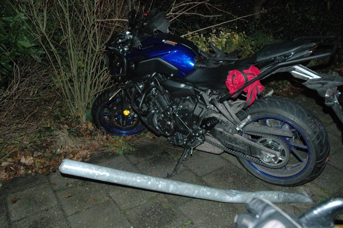 Beginnende motorrijder beland in de struiken https://t.co/s5q8PXQ4ou https://t.co/DhwY0CTSh0