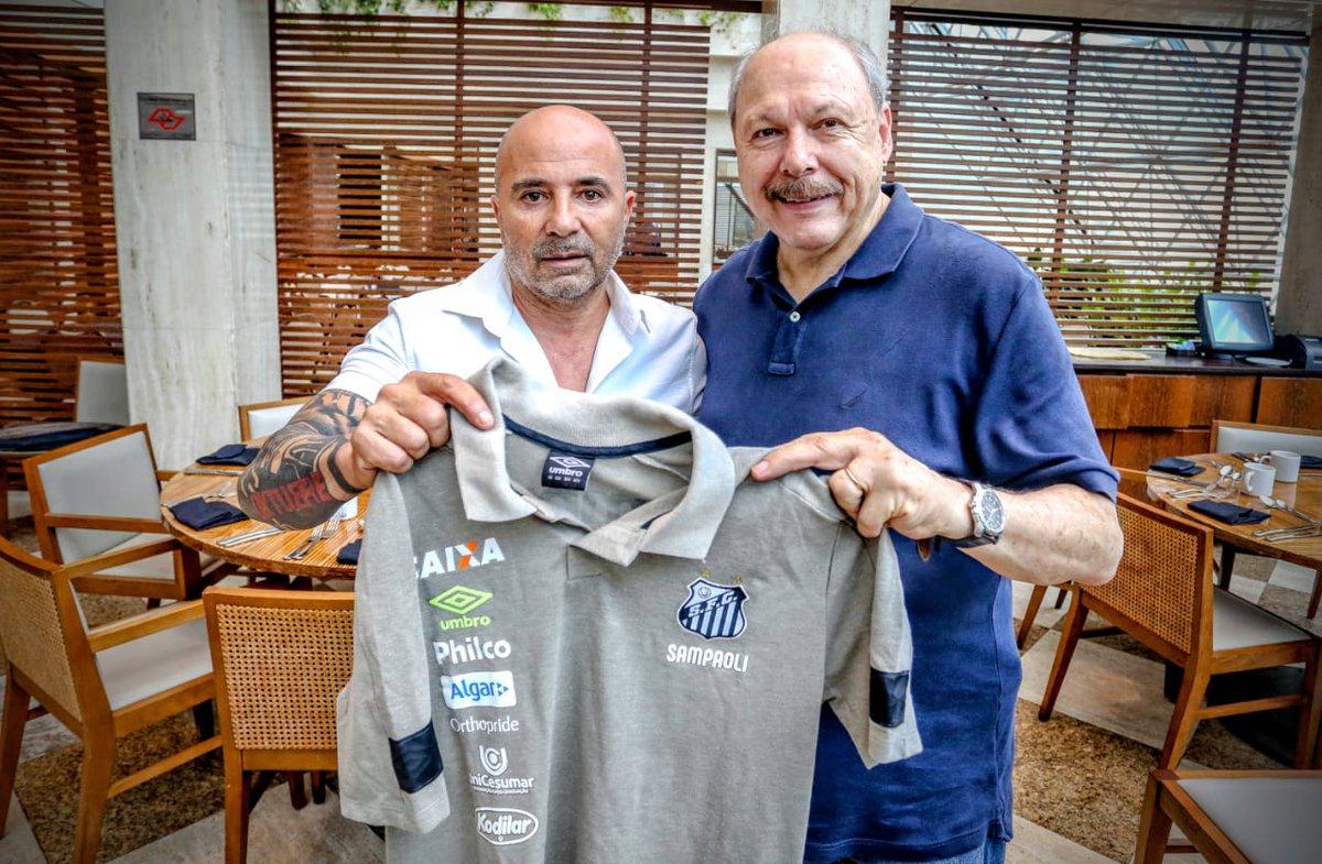 Jorge Sampaoli é o novo treinador do Santos FC. O argentino assinou contrato por dois anos e será apresentado amanhã, às 14 horas, no Museu do Futebol.