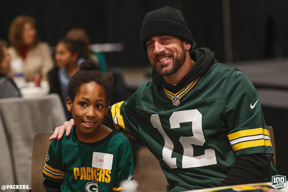 .@AaronRodgers12 surprised some local kids with a holiday pizza party tonight!   :  https:// pckrs.com/j6u7u  &nbsp;     #PackersGiveBack<br>http://pic.twitter.com/xp89jGYbfY