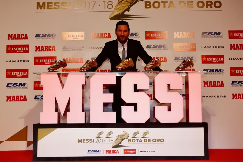 #GoldenShoe Lionel Messi pose avec ses cinq souliers d'or européens !