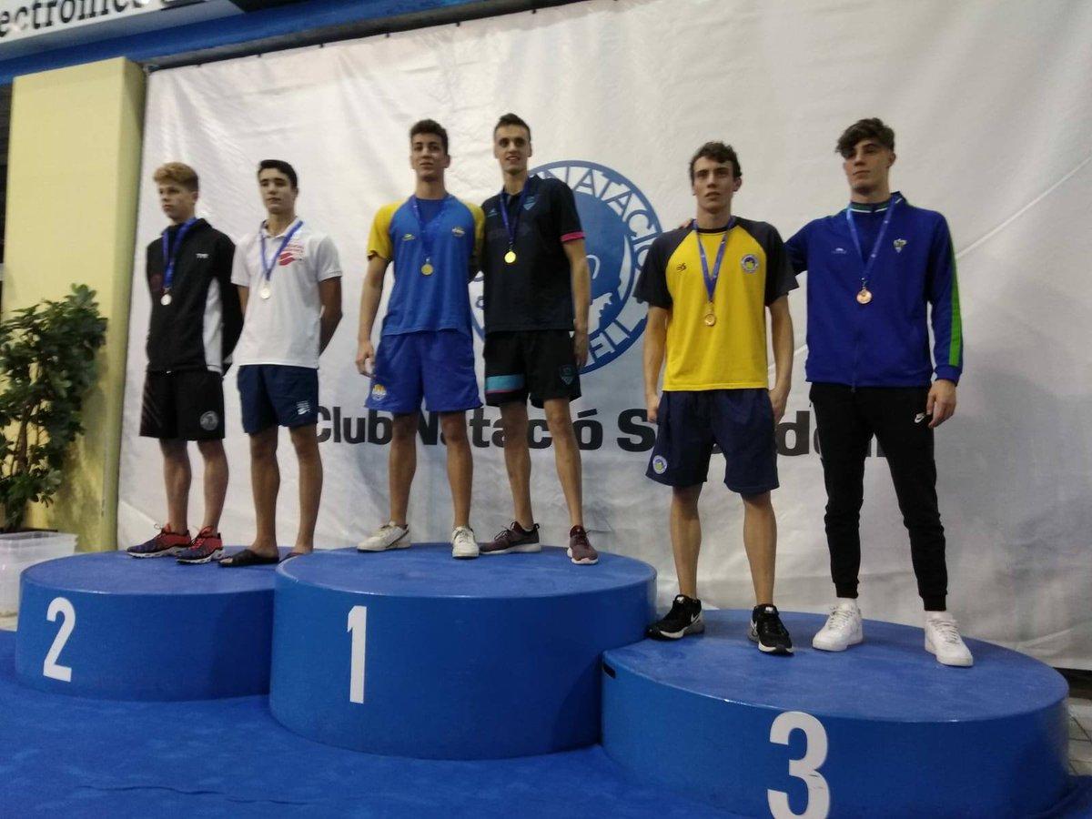 En la darrera jornada Campionats, Carles Coll (17 anys) en els 50m #esquena s'ha penjat la medalla d'Or amb 27.42. I en els 100m #crol també ha pujat al 1r esglaó del pòdium amb 52.12 #natacio @CNSabadell
