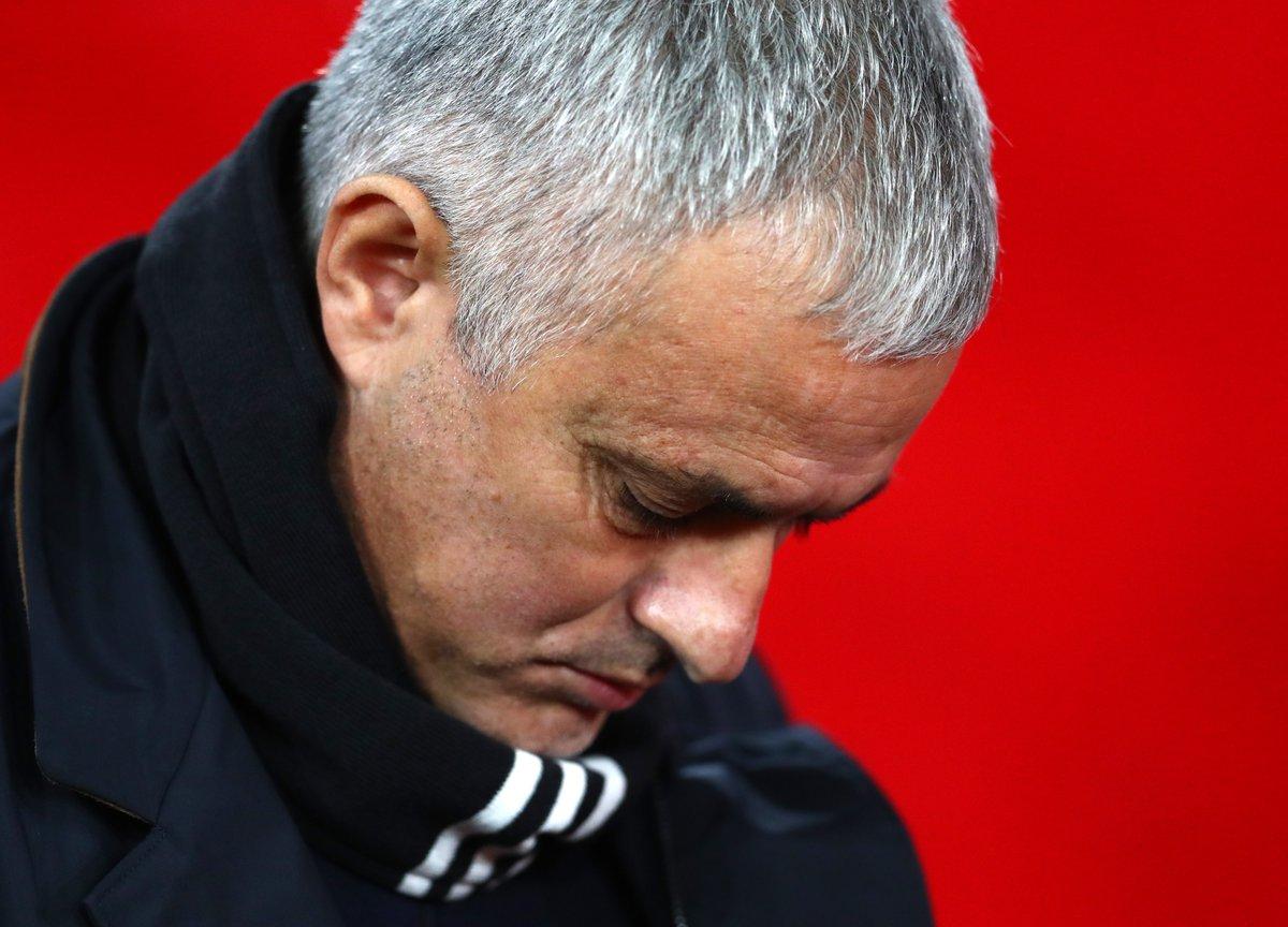 26 - Manchester United hanya raih 26 poin dalam 17 pekan awal EPL musim ini di era Jose Mourinho; poin terburuk di kasta teratas pada periode ini sejak 1990-91 (juga 26 poin). Tenggelam.