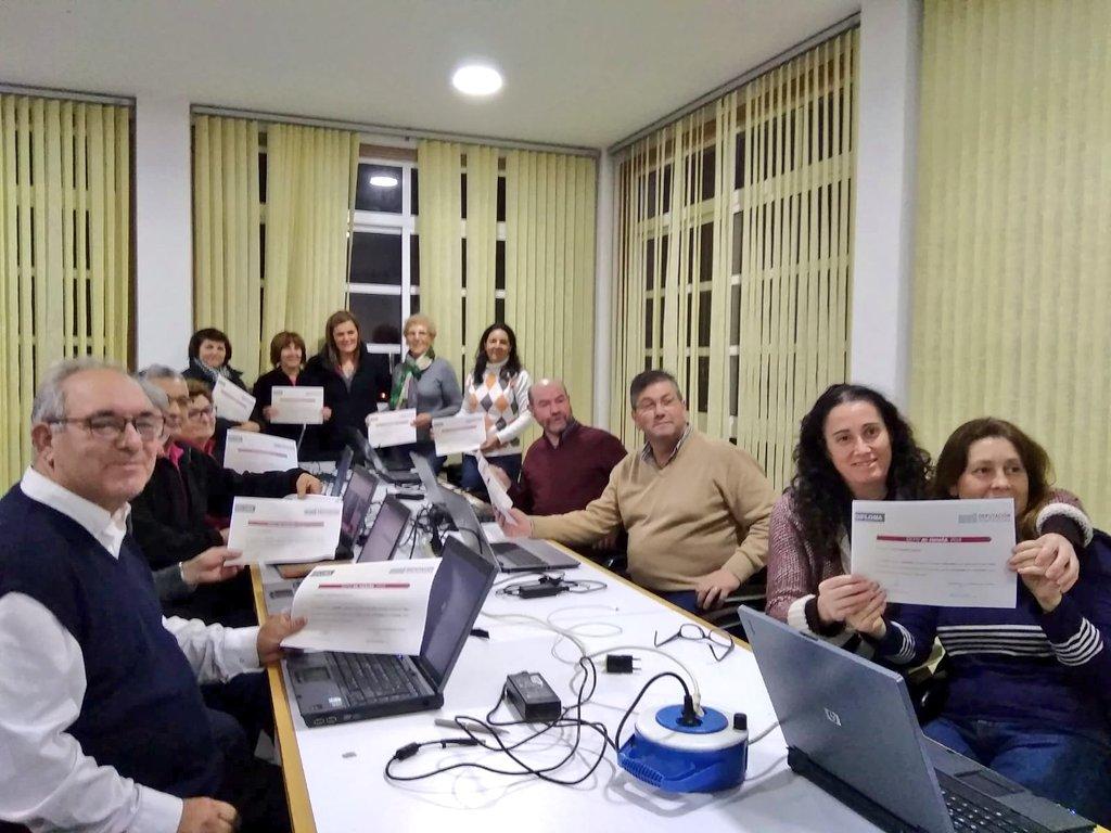 📸 @DignaRRivas entregou os diplomas ás nosas amizades do Centro Cultural de Cedeira, #Redondela, que completaron o curso Informática do programa de envellecemento activo #DepoenMarcha▶️. Mil parabéns!! 👉 depo.gal/depo-en-marcha