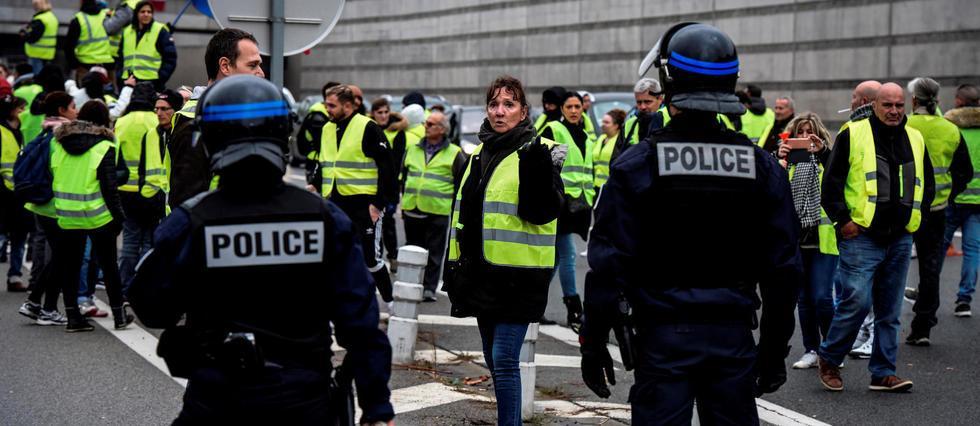 Gilets jaunes : une prime de 300 euros pour les policiers mobilisés https://t.co/6Tw8e0cRif #GiletsJaunes