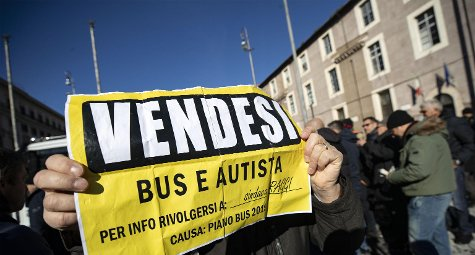 La #protesta degli Ncc a Roma. Marciano contro il governo e la 'lobby dei #taxi '. Tensioni → https://t.co/JvHX1g6P5Q