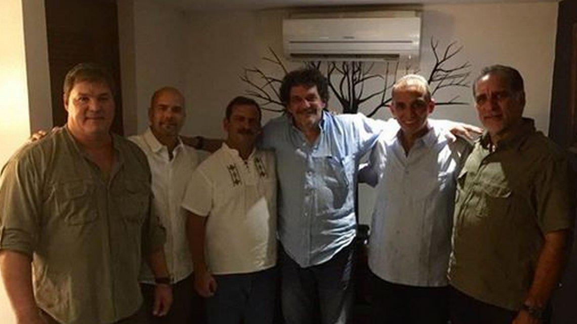Edmundo García, periodista a favor de Castro, posa con espías cubanos https://t.co/7q0sSBZxHC #Cuba @taveljimena