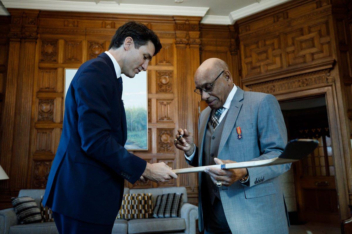 """Justin Trudeau on Twitter: """"Les réalisations du pionnier Willie O'Ree – le  premier joueur noir de la LNH – ne seront jamais oubliées. Félicitations  pour votre intronisation au Temple de la renommée"""
