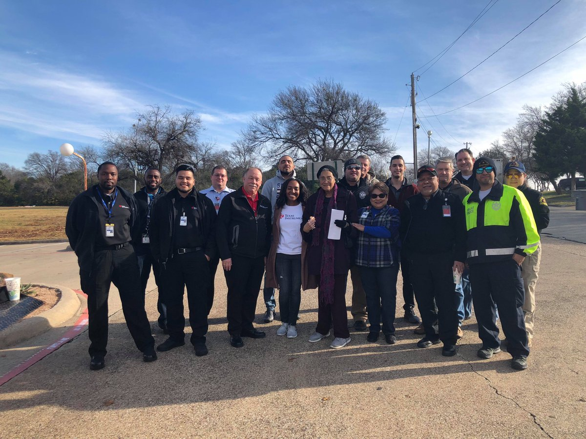 It takes a village! Thank you to @DallasPD and @NENPODPD for coming out to make Hamilton Park sparkle this holiday season! https://t.co/w0DaRplre5