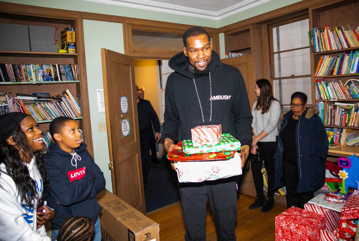 The season of giving is here so we teamed up with @KDTrey5 to surprise youth at @LarkinStreet and families at @HopeOEH with gifts and holiday cheer. 🎄