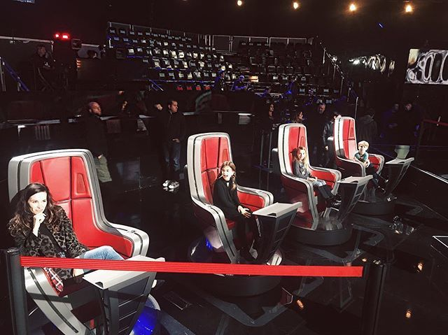 years of singing in front of my most important critics prepared me well for @nbcthevoice tonight ha! honor for me @fiddlindan @bhelson @captchet @minstamore #timsergent to get to perform on this stage. Thank you @blakeshelton @iamjhud @adamlevine @kellyc… ift.tt/2CnsUop