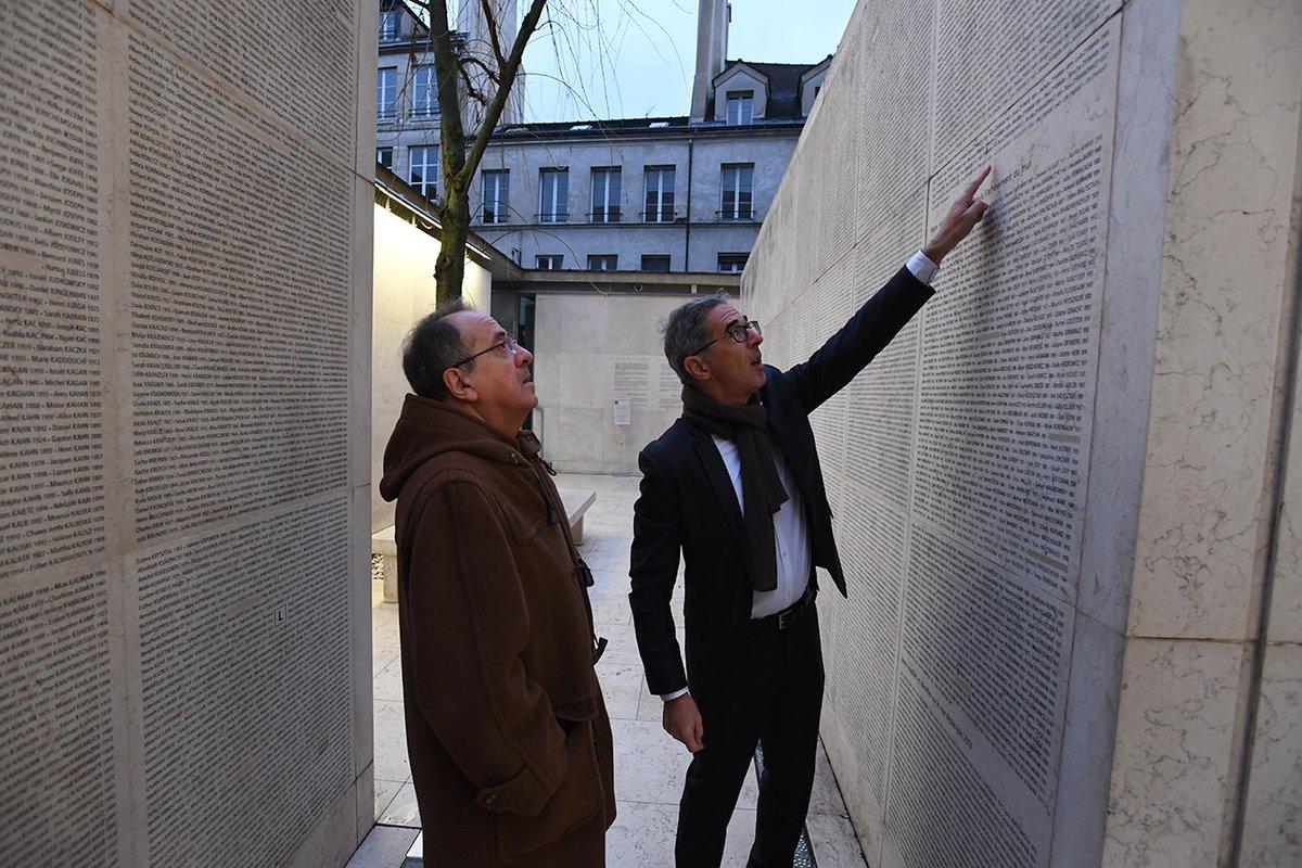 Comme chaque année, le préfet de police Michel Delpuech s'est rendu     @Shoah_Memorial. Ce lieu de mémoire, rempart contre l'oubli, est une étape essentielle du parcours d'intégration des nouveaux arrivants @prefpolice, aujourd'hui pour la 247e promotion de gardiens de la paix.