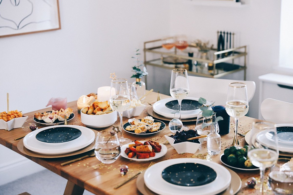 NEW POST: AD | How To Host The Perfect Friendsmas! 🌟🌟 https://t.co/eJWhakiTQc https://t.co/XeioqqdiPo