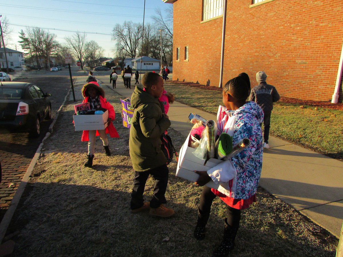 @commercialnews #givingback Local women's and children's shelter receives toys, stuffed animals and other items from Garfield Elementary School. @CityDanvilleIL