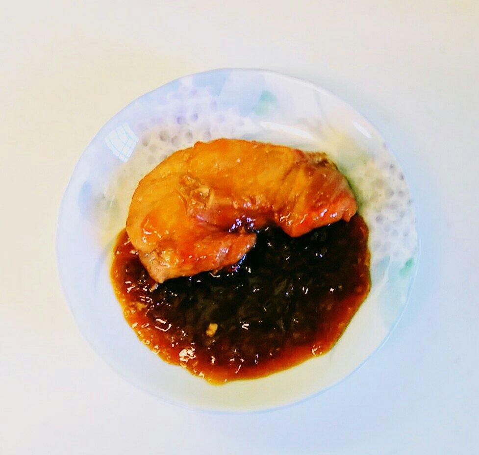 なかなか美味しそうに撮れないな 正月と言えばさがんぼ🐟(ムキサメ、アブラツノザメ)の煮付け!  うちは煮こごりが好きなので冷えてから食べる派 醤油、砂糖、みりん、酒、水、生姜だけで特に工夫もなく作ります(苦笑 子供の頃は白身魚と思っていたくらい癖がなく柔らかな魚?です  #さがんぼ #栃木県 https://t.co/dqqmNE6enz
