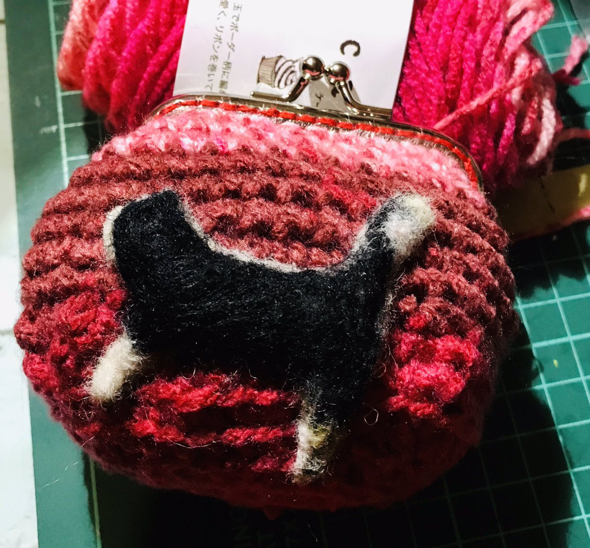 test ツイッターメディア - 今日の編物  2こめ  サイズはなんとか?やけど そこが無理やり円から変形にしたからちょっとアラが?笑  ボコボコ隠しに羊毛フェルトでアップリケ 笑  一応 猫です 口金が四角  使いやすさは四角かな  #編物初心者  #がま口  #口金 #セリア  #羊毛フェルト  #猫のアップリケ  #100均毛糸  #cake毛糸 https://t.co/27BZ4YH1uE