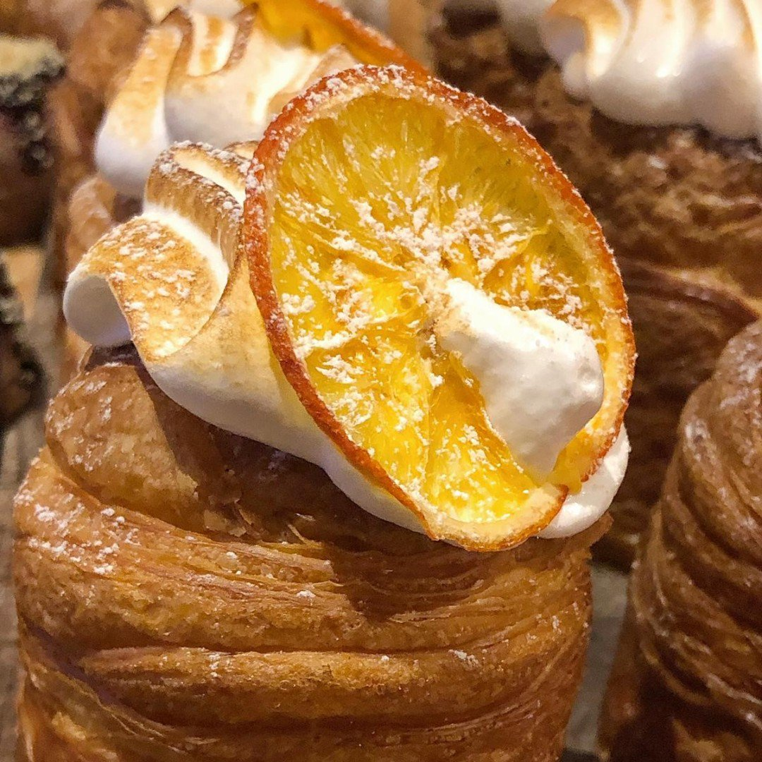 O R A N G E M E R I N G U E Oozing with an orange curd and topped with Italian meringue and a dehydrated orange #cruffin #orange #manchester #albertsschloss