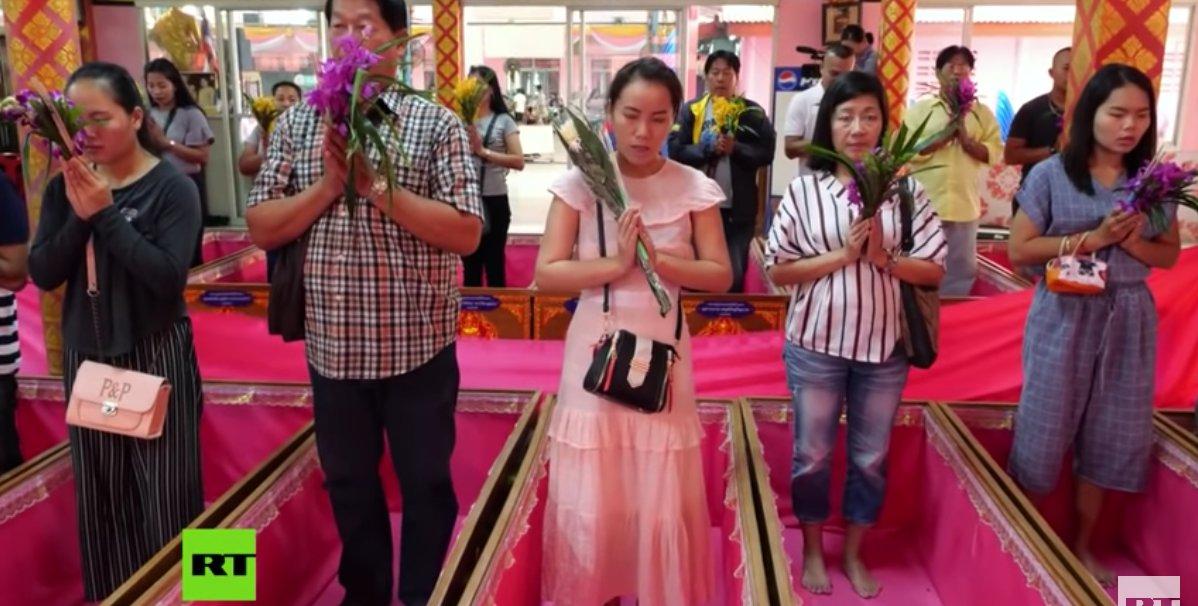 c86d761ed Así es el insólito ritual tailandés de acostarse en un ataúd para empezar  bien el año