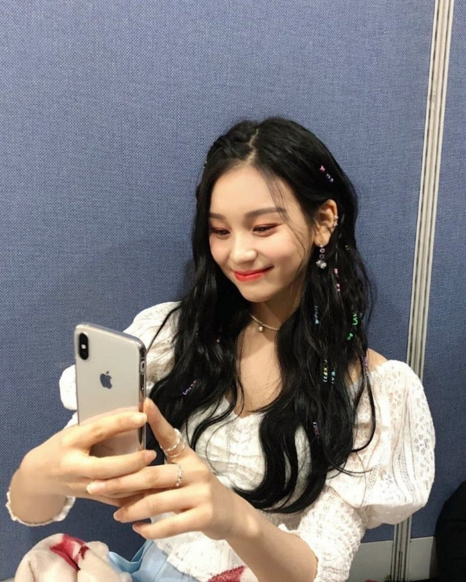 """[PIC] #GFRIEND #Umji on one of gfriend's hairstylists instagram  Caption trans: """"KissingYouOmujiLove💜🧡💛💚💙""""  ▶️http://instagram.com/p/BsHilubHydf/?utm_source=ig_share_sheet&igshid=12h8890zn03xt…  #여자친구 #엄지 #Kissing_You"""