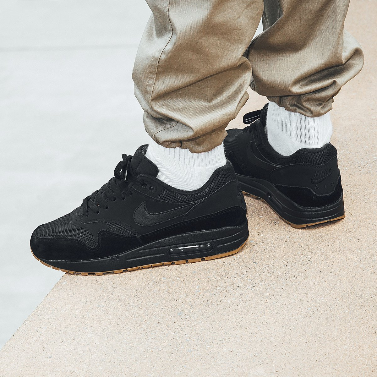 air max 1 all black gum sole