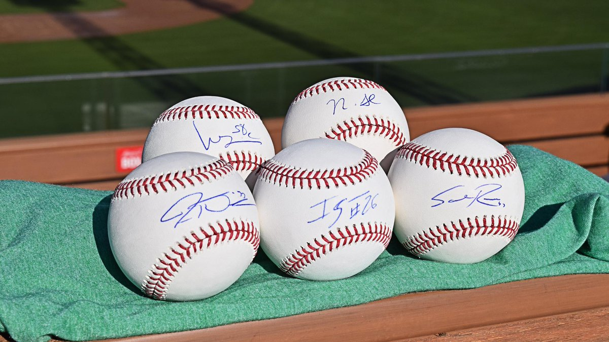 I can't put my arms down! It's Day 10 of #Redsmas! 🤶  RETWEET by 7 p.m. ET for a chance to win these FIVE Reds autographed baseballs! https://atmlb.com/2PWQYBG   ⚾️ Jesse Winker ⚾️ Luis Castillo ⚾️ Raisel Iglesias ⚾️ Nick Senzel ⚾️ Sal Romano
