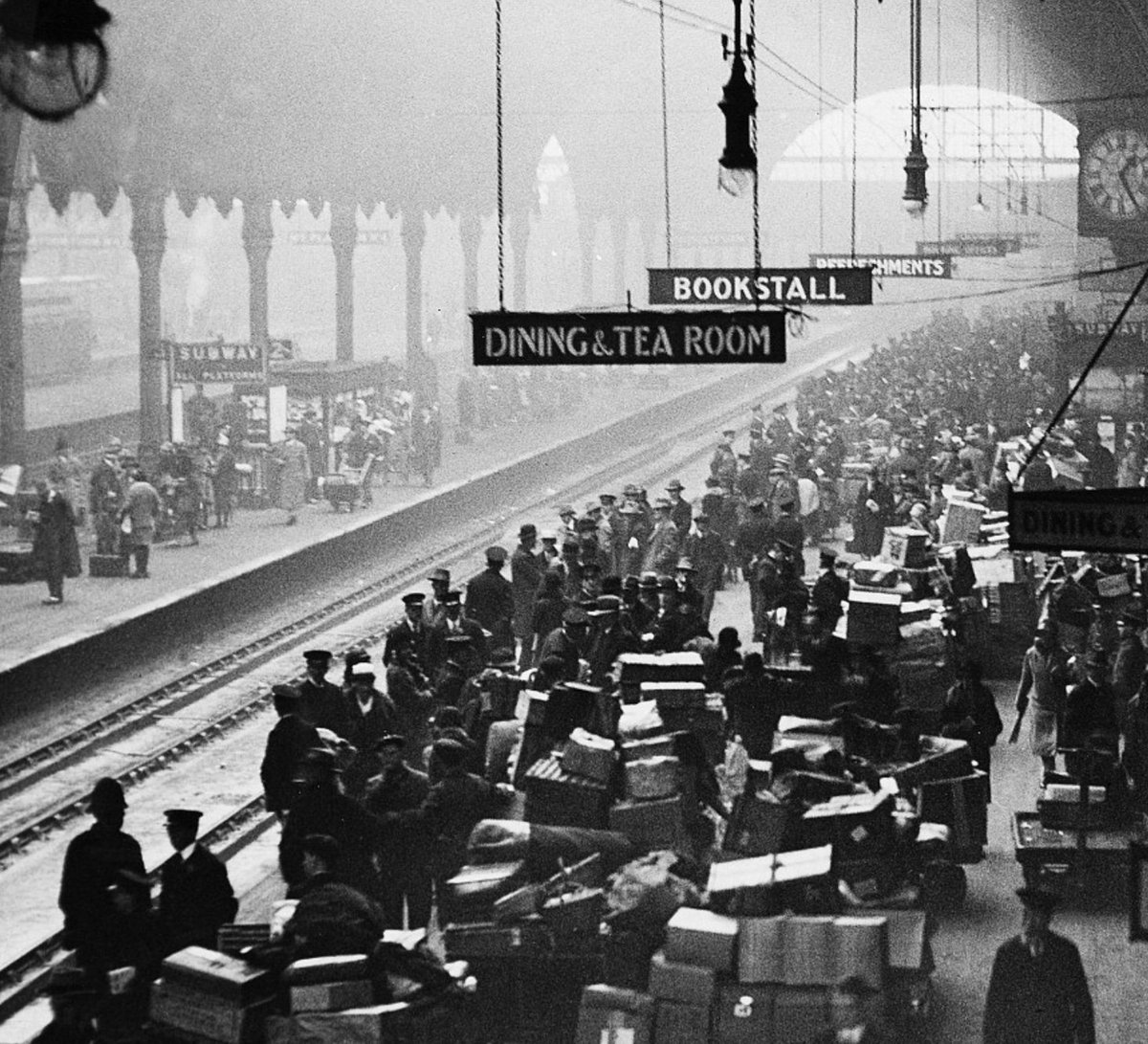 DvCINxDWoAAvS1I - London rail stations' bygone Xmases