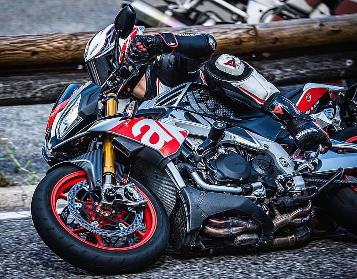Leaning into the weekend. 📷: @sbk_ph  #aprilia | #tuonov4 | #supernaked https://t.co/cj7QVP3492
